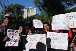 Nos cartazes, cobranças e revindicações aos governos - foto APP-Sindicato-Foz