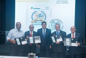 Diretor dos Correios no Paraná entrega selo dos 30 anos da Contratuh