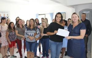 No NRE, educadores entregam documento para a chefia - foto APP-Sindicato-Foz