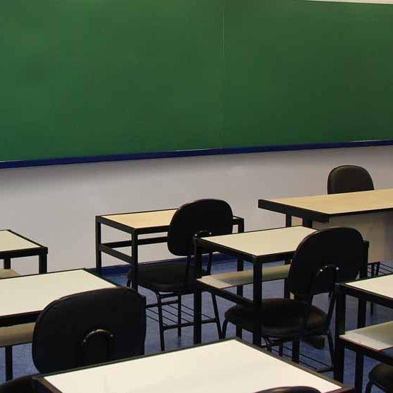 Educadores denunciam fechamento de turmas em colégios estaduais